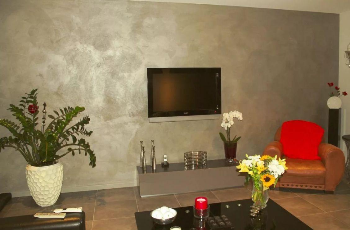 Венецианская штукатурка в интерьере зала фото