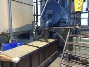Производство газобетона: поступление состава в формы.