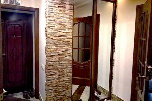 Декоративный камень в интерьере – 141 фото в прихожей и на кухне, комбинация с обоями и множество идей
