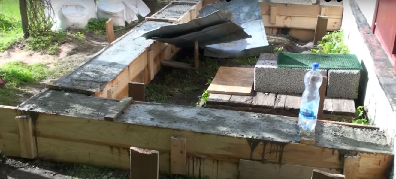 начинаем заливать бетон для основания веранды