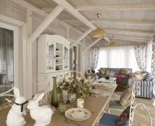 Отличный вариант веранды с обеденным столом и зоной отдыха